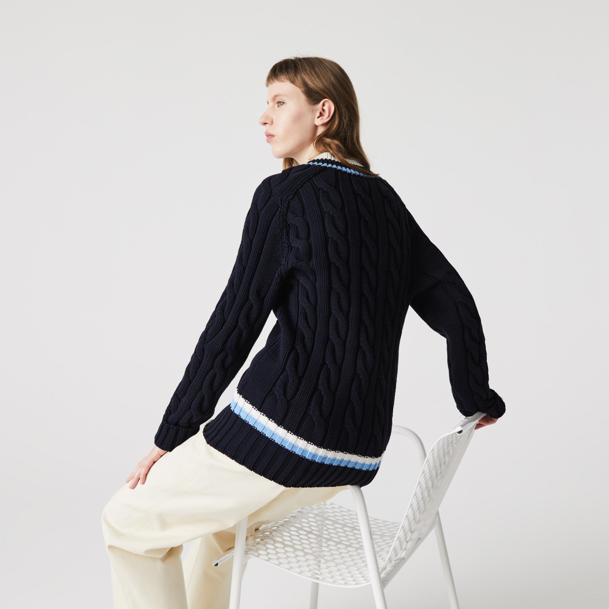 Lacoste Sweter warkoczowy wykończony paskami unisex z dekoltem w kształcie litery V